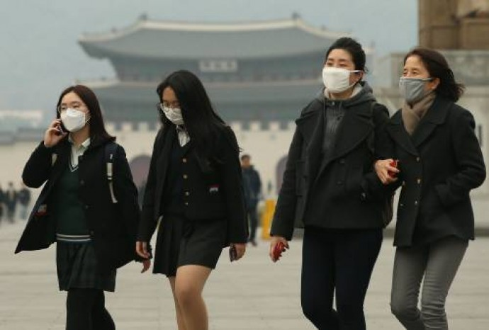 시민들이 마스크를 쓴채 서울 광화문 앞을 지나고 있다. 수도권 미세먼지 농도는 세계보건기구(WHO) 권고치의 2~3배를 넘기며 기승을 부리고 있다. - 동아일보DB 제공